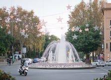 Fontaine de Plaza de la Reina avec des décorations de lumière de Noël Photos libres de droits