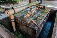 Fontaine de purification à l'entrée du tombeau de Yasaka-jinja image libre de droits