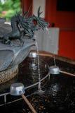 Fontaine de purification avec la tête sculptée de dragon images libres de droits