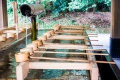Fontaine de purification dans un temple japonais photos libres de droits