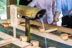 Fontaine de purification dans un temple japonais photo stock