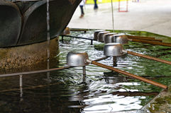 Fontaine de purification de Chozuya Tombeau de Shinto de Japonais photographie stock