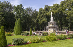 Fontaine de Romains en parc de Peterhof, St Petersburg, Images stock