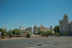 Fontaine de rue et de Cybele avec les drapeaux espagnols à Madrid images stock