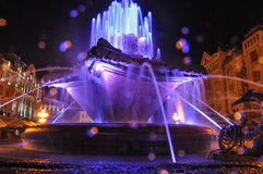 Fontaine de Timisoara de nuit de foudre Photos libres de droits