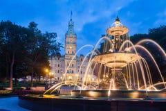 Fontaine de Tourny e a construção do parlamento de Quebeque, Quebeque C imagens de stock royalty free