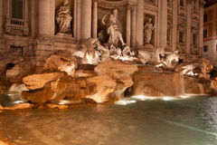Fontaine de TREVI (Fontana di Trevi) par nuit, Rome. Une des attractions touristiques les plus célèbres Photos stock