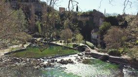 Fontaine de Vaucluse, klein Frans dorp, schuine stand neer aan chateau op waterkering stock videobeelden