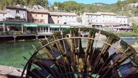 Fontaine de Vaucluse liten by i Provence, Frankrike med floden Sommarferier, landskap, fransk natur, vattenhjul arkivfilmer
