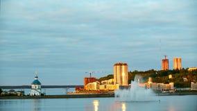 Fontaine de ville au coucher du soleil Recouvrements de temps banque de vidéos