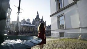 Fontaine de ville dans l'éclat du soleil banque de vidéos