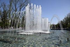 Fontaine de ville dans la ville de Krasnodar Les gens marchent par la fontaine le fond 3d rendent éclabousse l'eau blanche Photographie stock libre de droits