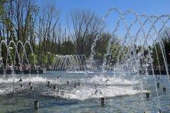 Fontaine de ville dans la ville de Krasnodar Les gens marchent par la fontaine le fond 3d rendent éclabousse l'eau blanche Images stock