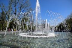 Fontaine de ville dans la ville de Krasnodar Les gens marchent par la fontaine le fond 3d rendent éclabousse l'eau blanche Image stock