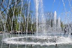 Fontaine de ville dans la ville de Krasnodar Les gens marchent par la fontaine le fond 3d rendent éclabousse l'eau blanche Photo stock