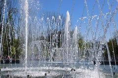 Fontaine de ville dans la ville de Krasnodar Les gens marchent par la fontaine le fond 3d rendent éclabousse l'eau blanche Images libres de droits