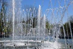 Fontaine de ville dans la ville de Krasnodar Les gens marchent par la fontaine le fond 3d rendent éclabousse l'eau blanche Photos libres de droits