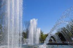 Fontaine de ville dans la ville de Krasnodar Les gens marchent par la fontaine le fond 3d rendent éclabousse l'eau blanche Photos stock