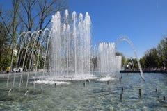 Fontaine de ville dans la ville de Krasnodar Les gens marchent par la fontaine le fond 3d rendent éclabousse l'eau blanche Photographie stock