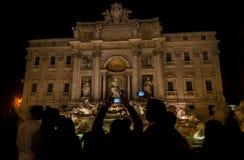 Fontaine de visite de TREVI à Rome la nuit photos stock