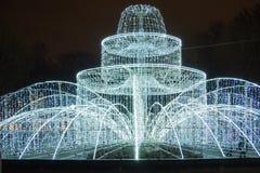 Fontaine des feux brillants sur la place devant l'Amirauté St Petersburg Russie Photo libre de droits
