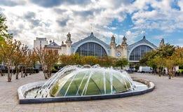 Fontaine devant la gare ferroviaire des visites photos libres de droits