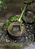 Fontaine en bambou japonaise traditionnelle Ryoan-JI Kyoto images libres de droits