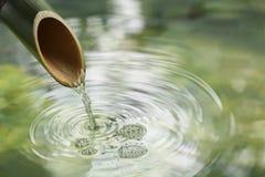 Fontaine en bambou naturelle Photos stock