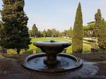 Fontaine en beau parc photos stock