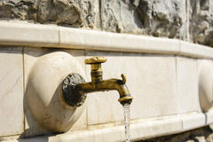 Fontaine en bronze d'isolement de robinet Images libres de droits