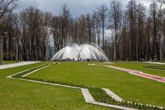 Fontaine en parc au printemps Victory Park, Minsk belarus Photographie stock