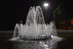 Fontaine en parc, beaucoup de courants d'eau avec l'éclairage et éclairage avec l'éclairage et le style différents Photographie stock