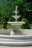 Fontaine en parc de ville sur un fond des arbres photographie stock