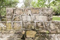 Fontaine en pierre avec un bec de fer Photographie stock