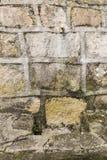 Fontaine en pierre avec un bec de fer Photos stock