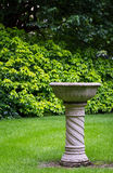 Fontaine en pierre concrète d'oiseau de jardin Photographie stock