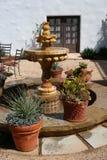 Fontaine espagnole de cour photographie stock