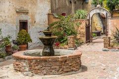 Fontaine espagnole de mission dans la cour photographie stock libre de droits