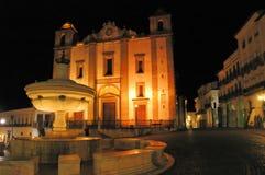 Fontaine et église images stock