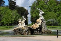 Fontaine et étang à une maison majestueuse images libres de droits