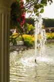 Fontaine et étang brouillés par fond à Dubaï Image stock