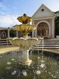Fontaine et étapes de jardin Photographie stock libre de droits