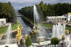 Fontaine et arc-en-ciel Image libre de droits