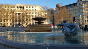 Fontaine et beau bâtiment avec le drapeau Photographie stock