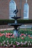 Fontaine et fleurs au printemps Image libre de droits