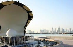 Fontaine et horizon d'huître dans Doha Images stock