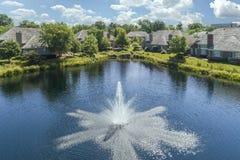 Fontaine et la communauté de maison urbaine d'étang Photo libre de droits