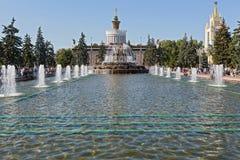 Fontaine et la vue sur le pavillon Ukraine de VDNH Image stock