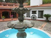 Fontaine et maison au Mexique central Image stock