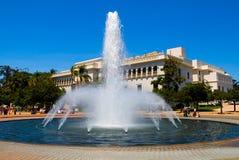 Fontaine et musée d'histoire naturelle en stationnement de balboa Photographie stock libre de droits